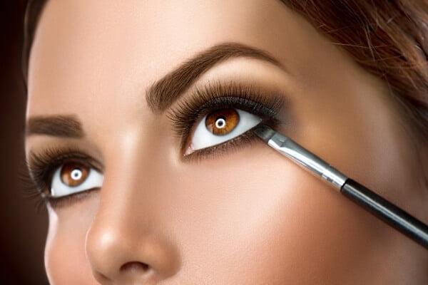 ojos de mujer delineados en negro y difuminados con pincel
