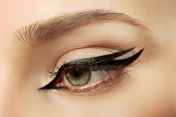 ojo de mujer con eyeliner negro de acabado con 2 aletas exteriores