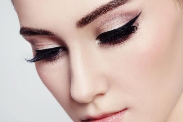 delineado de ojos en mujer con maquillaje completo