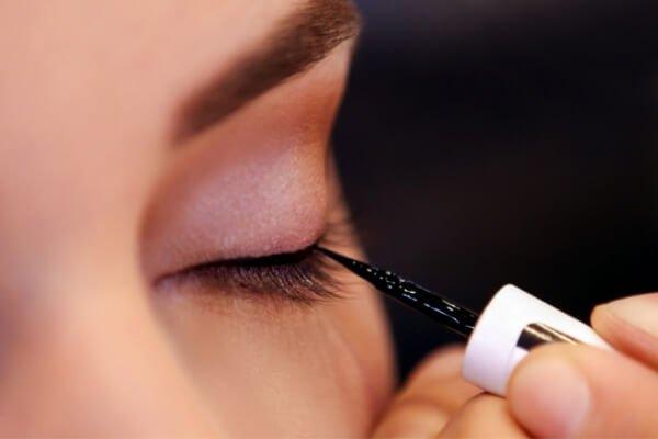 delineador de ojos con punta de fieltro en color negro aplicado sobre con jo con sombra de ojos en rosa claro
